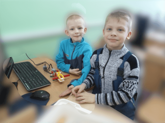 дети собирают простые механизмы